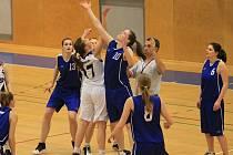 Domácí basketbalistky (v bílém) nakonec prohrály o sedmnáct bodů.