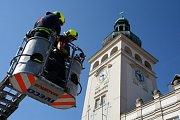 Ulomenou korouhev na věži radnice ve Fulneku sundali hasiči.