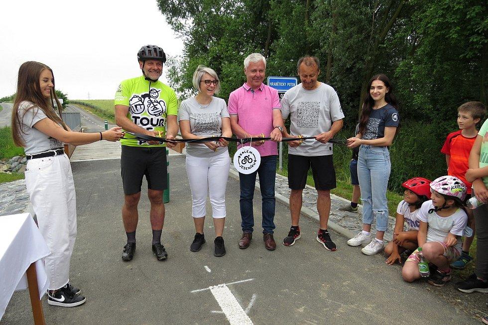 Slavnostní otevření cyklostezky mezi Hůrkou, místní částí Jeseníku nad Odrou, a obcí Vražné se uskutečnilo ve Vražném ve středu 23. června 2021.
