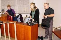 Manželé Radmila a Miroslav Ľubovi stojí před Okresním soudem v Novém Jičíně pro pomluvu.