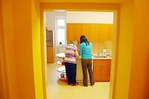 Klientky mají v chránénném bydlení své každodenní povinnosti, s nimiž jim pomáhají asistentky.