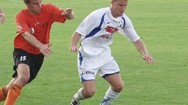 Jiří Huvar z Fulneku (vlevo) svádí souboj s Tomášem Glosem z HFK Olomouc. Záložník Fulneku nastoupil do druhé půle a zařídil obě branky svého týmu.