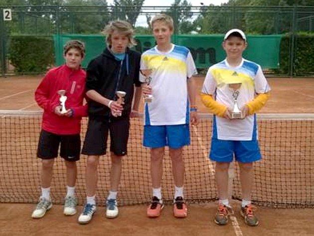 Tenisový talent Jan Jermář (na snímku vpravo) se jako jediný český zástupce se rodák z Rybího nyní účastní i Evropského turnaje na Islandě.