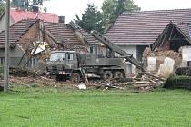 Na některých místech okresu již začaly demolice domů. Statici již vydali příkaz k demolici dvanácti domů v okrese. Jen v Jeseníku nad Odrou začala těžká technika již v sobotu 27. června večer bourat pět obydlí.