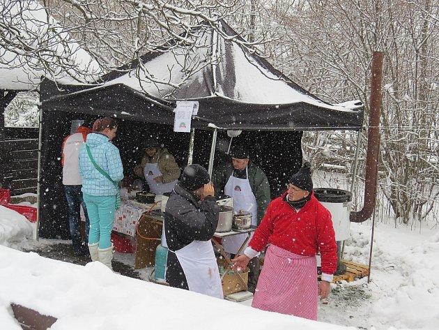 Vsobotu 23.února bylo od dopoledních hodin vareálu Muzea Fojtství vKopřivnici velmi živo. Důvodem byla tradiční zabíjačka, na kterou přes vytrvalé sněžení vyrazily desítky lidí.