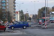 Provizorní stanoviště autobusů na Masarykově náměstí v Kopřivnici brzy osiří. Dopravní prostředky, které denně rozvážejí stovky lidí, se po měsících čekání v polovině listopadu vrátí na své původní stanoviště, na zrekonstruovanou ulici Štefánikova.