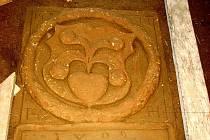 Nalezený náhrobek rodu Bítovských v kostele svatého Jiří v Lubojatech.