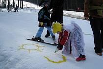 Karneval masek na sněhu prověřil lyžařské schopnosti dětí i dospělých. Pro ty nejmenší zde byly připraveny hry jako slalom, číšník, malování či házení míčků do klobouku.