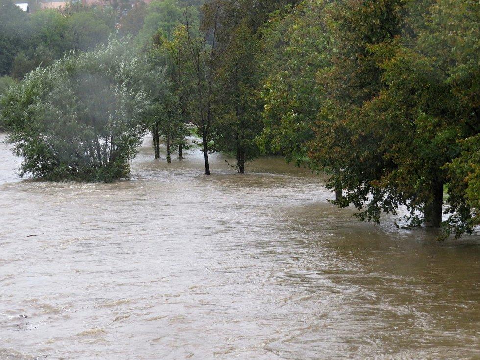 Hladina Odry v Odrách ve středu 14. října stoupala nebezpečně k okraji koryta.