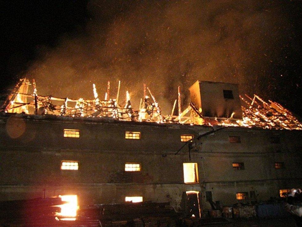 Požár sýpky v Hladkých Životicích zaměstnal hasiče ve středu 11. listopadu.
