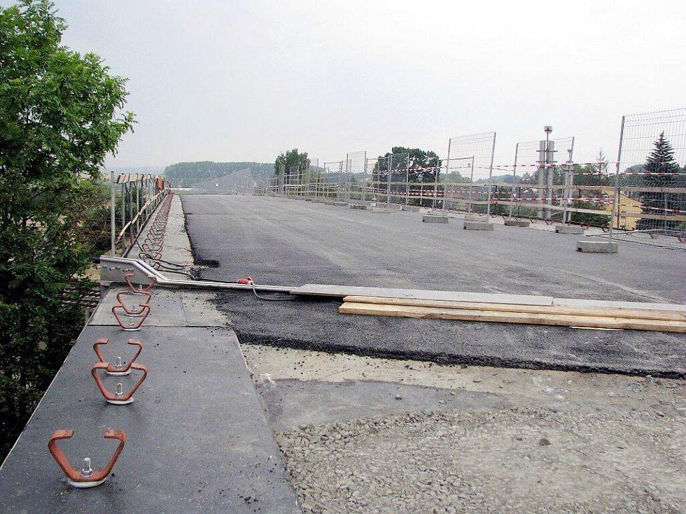 Most ve Studénce, jehož konstrukce se loni v srpnu zřítila a zapříčinila tragedii, při níž osm lidí přišlo o život, je již před otevřením