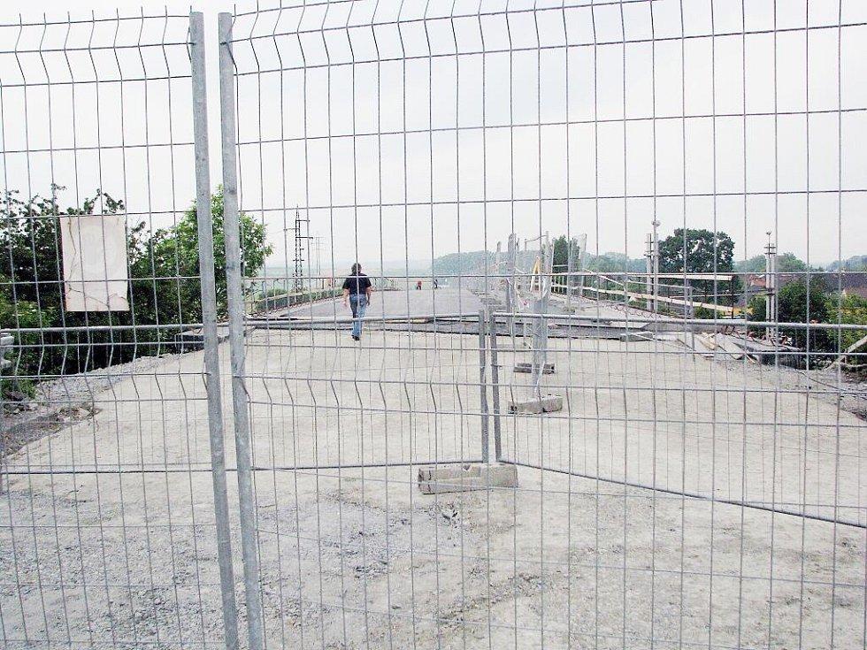 Most ve Studénce, jehož konstrukce se loni v srpnu zřítila a zapříčinila tragedii, při níž osm lidí přišlo o život, je již před dokončením.
