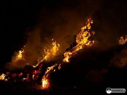 Pět jednotek hasičů zasahovalo v pátek večer v Kuníně u požáru části nekrytého stohu s lisovanou slámou.