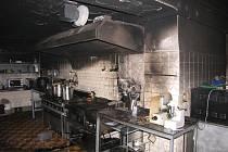 Místo příprav na oběd hasili požár. Místní kuchař se snažil zkrotit oheň pomocí práškového hasicího přístroje. To však nestačilo a na místo byly vyslány tři jednotky hasičů.