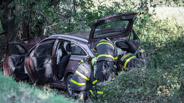 Zraněného řidiče musel přepravit do nemocnice vrtulnik.