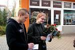 Ve Studénce se po třech měsících od tragédie sešli účastníci vlakového neštětstí. Od městského úřadu se vydali k památníčku na místě nehody, kde uctili osm jejích obětí.