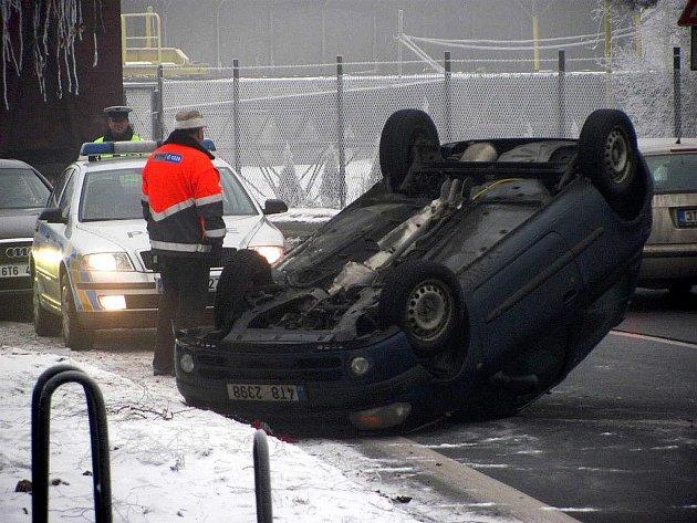 Na střeše skončilo v pondělí ráno vozidlo v nepřehledné zatáčce u Vojenského podniku v Šenově u Nového Jičína.