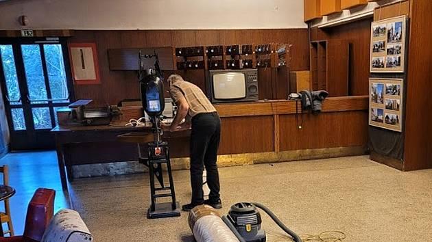 V kině ve Frenštátě pod Radhoštěm připravují v prostorách bývalého bufetu kinokavárnu, jejíž součástí bude expozice starých promítaček. Březen 2021.