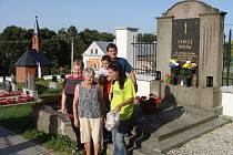 Serge Moraw s rodinou, tlumočnicí a starostkou Vrchů Jiřinou Pešlovou před rodinou hrobkou Morawů.