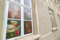 """Okenní výstava """"Lašská velikonoční vajíčka""""."""