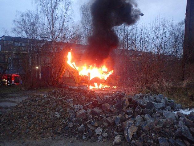 Sobotní požár traktorbagru ve Studénce.