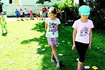 Děti také v rámci příměstského tábora soutěžily v areálu novojičínské knihovny.