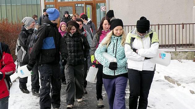 S kanystry za vodou. Studenti museli dojít pěšky k několik kilometrů vzdálené studánce a donést vodu do školy.