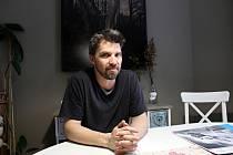 Radovan Šťastný píše texty, fotí, natáčí videa i maluje.