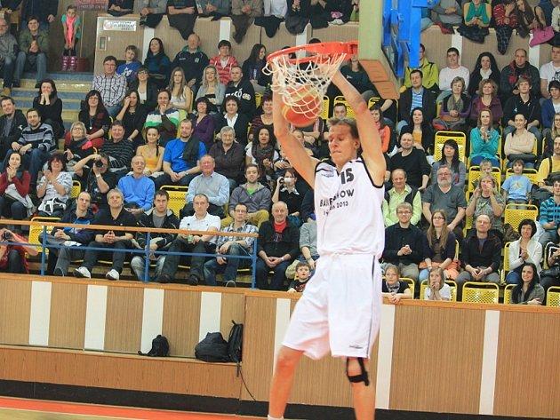 Diváci se znovu v Novém Jičíně bavili vrcholovým basketbalem. V rámci exhibice se jim představila řada borců.