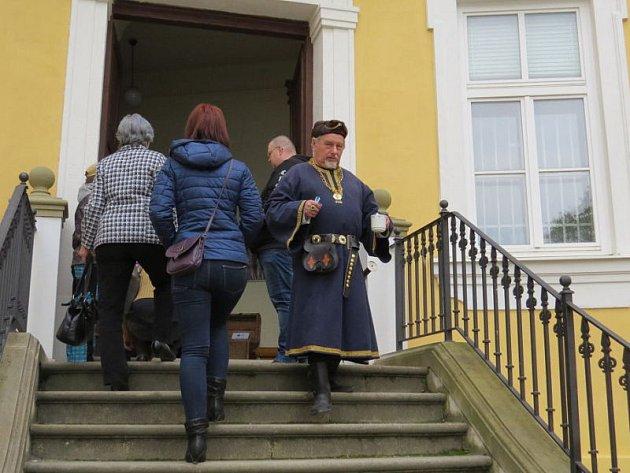 Desítky lidí mířily v sobotu do areálu zámku v Bílovci. Ve 14 hodin na něm oficiálně začala letošní sezona.