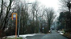 Lampa na solární energii se nachází u autobusové zastávky Nad Čerťákem.