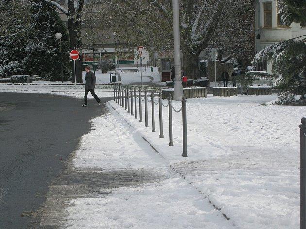 Ozdobné sloupky propojené řetězy mají zamezit přecházení chodců mimo přechod a najíždění vozidel na plochu náměstí v Odrách.
