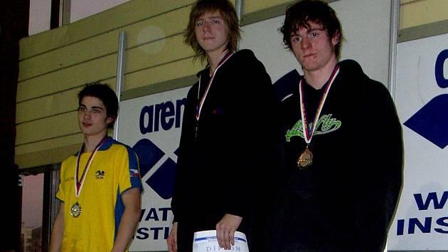 Zlatý David Kunčar (vlevo) a bronzový Patrik Svoboda z Kopřivnice při vyhlášení závodu na 200m VZ.