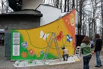 Obvodové zdi rozhledny na Bílé hoře ožily barevnými přírodními motivy.