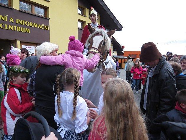 Po loňské premiéře se sedlničtí obyvatelé dočkali i letos příjezdu svatého Martina na bílém koni.