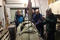 Snímky zachycující sochu svatého Václava po jejím poničení až po opravu.