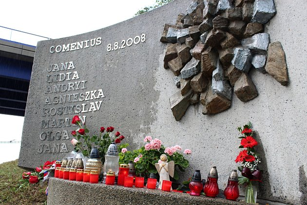 Pozůstalí, účastníci nehody vlaku, ale idalší lidé uctili ve středu 8.srpna 2018ve Studénce památku obětí železničního neštěstí, ke kterému zde došlo před deseti lety.