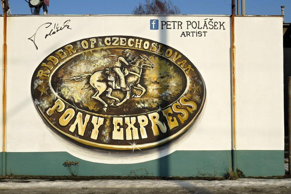 Cestu k vlakovému nádraží v Suchdole nad Odrou lemuje stěna pomalovaná obrázky.