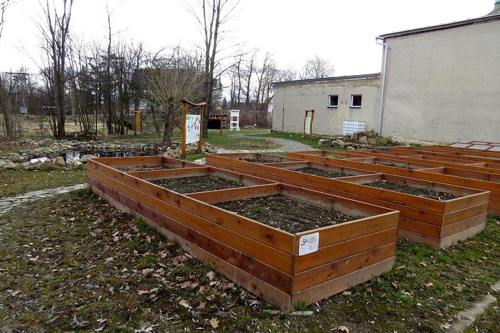 Školní zahrada v Bartošovicích je unikátní. Je upravená podle zásad přírodní zahrady, která voní, bzučí, zpívá a chutná.