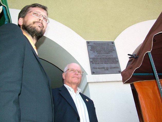 Starosta Frenštátu pod Radhoštěm Stanislav Hrabovský (vlevo) a bývalý starosta Trojanovic Drahomír Strnadel ji odhalili v sobotu za přítomnosti čtyř desítek návštěvníků z Texasu.