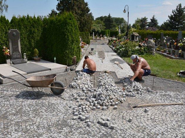 Nové chodníky a přístupové cesty ocení na hřbitově vBílovci nejen pozůstalí, ale také pracovníci pohřební služby.