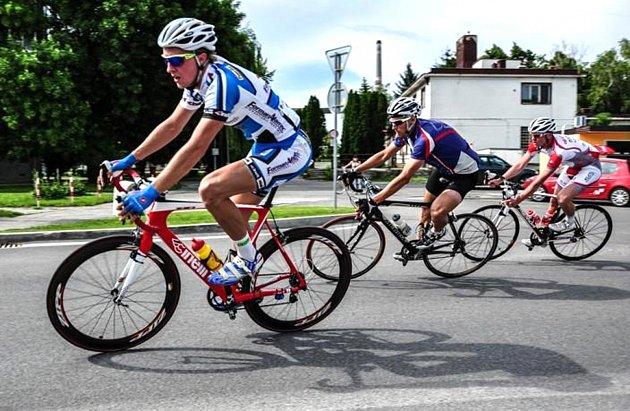 Současný zadák kopřivnických hokejistů Miroslav Marek (vlevo) působil vnedávné minulosti také vnovojičínské cyklistické stáji Team Forman Cinelli, vjejíž barvách absolvoval řadu závodů vEvropě.