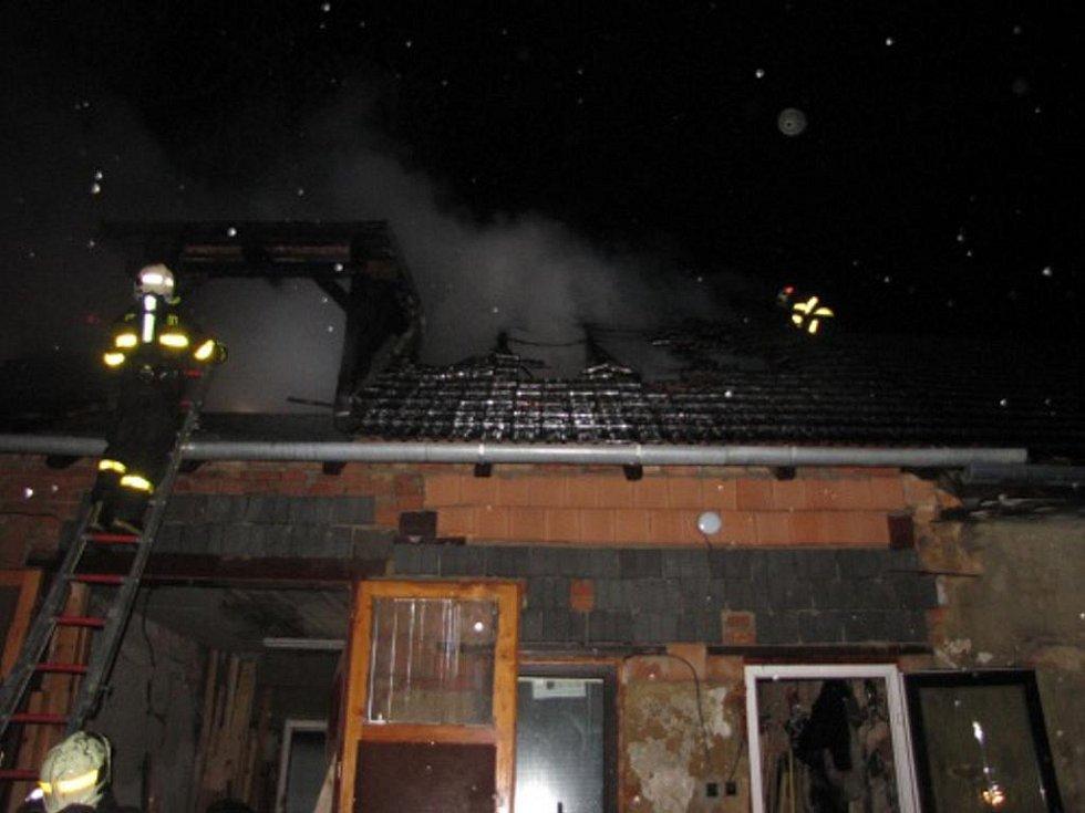 Hospodářskou budovu v Pustějově zachvátil požár