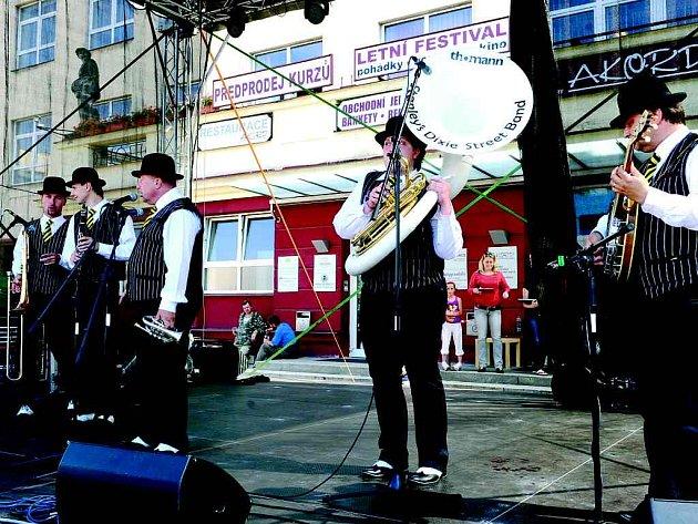 Kopřivnický Stanley´s dixie streeet band na multižánrový festival na Normanských ostrovech vyrazí i v příštím roce.