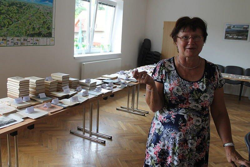 Zajímavým způsobem se v úterý 5. července zapojil do oslav Dne obce Hostašovice místní klub seniorů. V zasedacím sále obecního úřadu uspořádal výstavu knih a časopisů vydaných do roku 1953.