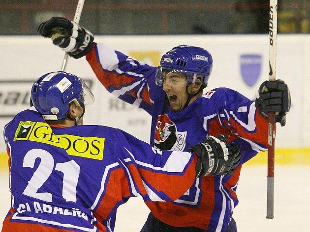 Martin Kabeláč (vpravo) a Kamil Glabazňa z Nového Jičína se radují po vstřelené brance do sítě brněnské Techniky.