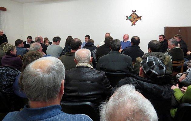 Veřejné schůze se vBílovci-Staré Vsi zúčastnil rekordní počet občanů. Téměř všichni se stavbou bioplynky nesouhlasí, což dali hlasitě najevo.