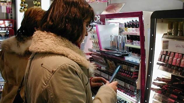 Že se prohlížení štětečku řasenky může stát podezřelým jednáním, se na vlastní kůži přesvědčila v drogerii na ulici 5. května v Novém Jičíně Ludmila Martincová.