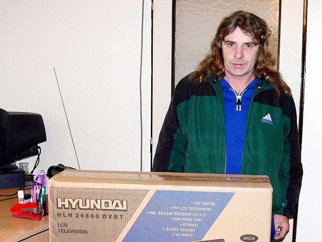 Miroslav Strnadel z Mořkova získal za vítězství ve Fortuna lize LCD televizi.