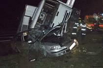 Devětapadesátiletý řidič Škody Octavia nepřežil srážku svého auta s nákladním automobilem Iveco.